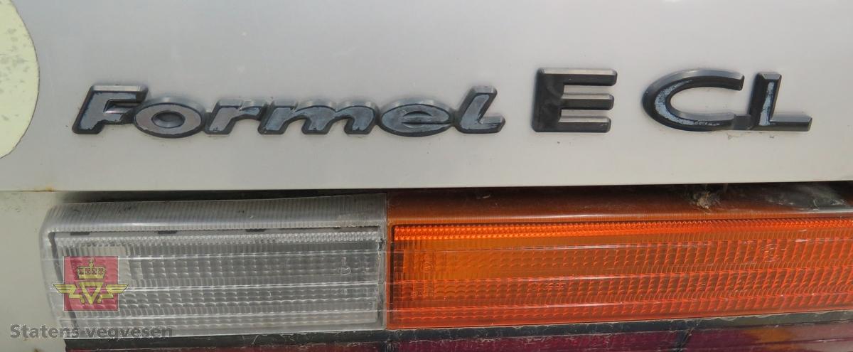 Sølv farget 4-dørs sedan personbil. Bilen har 2 aksler med 2 hjul på hver akse, framhjulstrekk. Motoren er en 1,588 liters bensindrevet forbrenningsmotor. Standard dekkdimensjon er 165 SR 13. Grønt og svart interiør. Kilometerstand er 319 256. Antall seter er 5. Rustbobler på panseret og noe rust ellers på korosseriet. Spor etter karosseriutbedring. 5 trinns manuell girkasse med E-symbol på girspakkula. Lakknummer er L97A/L97A.