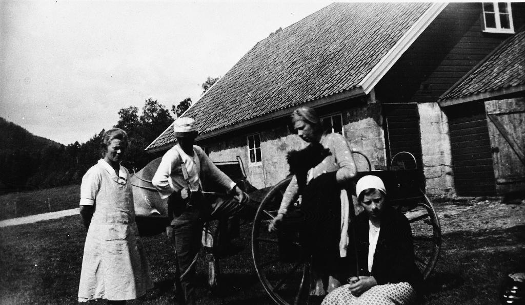 3 kvinner og ein mann framfor hest med karjol. På bietet står : Heimreis 1933 frå Bakke prestegard. Ingolf Time var forpaktar der i mange år. Ingolf Time (1904 - 1984), Borghild Time (1907 - 1998), Anna Time (1912 - 1994).