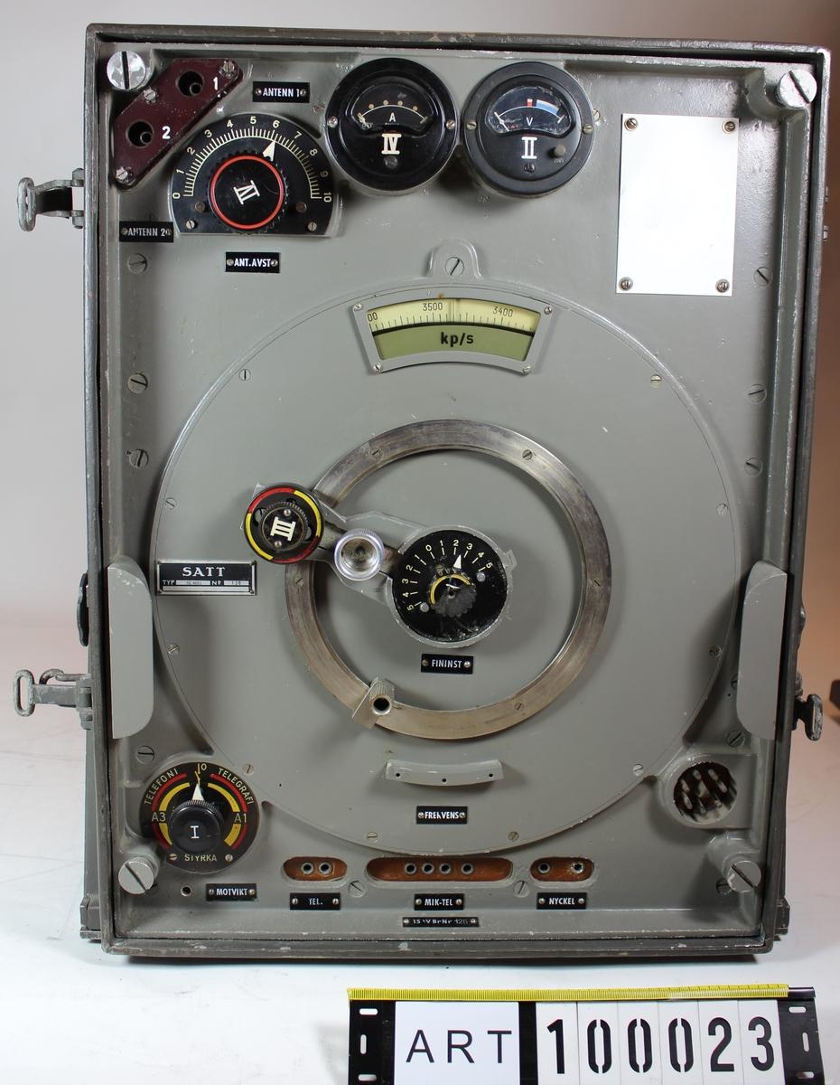 """Endast sändar- och mottagarenhet finns, övriga delar saknas.  1.15 watts bärbar radiostation (15 W Br m/39)  Speciellt för Signalregementet infördes från Tyskland, med senare svensk tillverkning,. 15 W radiostation m/39 avsedd främst för kärrtransport men oftast medförd på släpkärra efter tandem- cykel eller på cykelbårar.  Ur SoldI Signal 1942  Stationen är utförd för telegrafi utan ton och telefonering. Räckvidden uppgår vid mastantenn för markvågen till 70 à 100 km vid telegrafering och 30 à 40 km vid telefonering. För rymd-vågen uppgår räckvidden till 1 000 km vid telegrafering och 400 km vid telefonering. Stationen transporteras i tre bördor: apparatlåda, batterilåda och trampgenerator. •Apparatlådan innehåller sändare och mottagare. •Batterilådan innehåller erforderliga batterier för mottagarens drift, vissa kopplinganordningar. samt diverse tillbehör bl a en handmikrotelefon och strupmikrotelefon, två hörtelefoner och en telegraferingsnyckel. •Trampgeneratorn, som är försedd med sittställning (bärställning), kan leverera erforderliga spänningar för såväl mottagarens som sändarens drift. Tillsammans med trampgeneratorn trans- porteras ett antennfodral innehållande antennmateriel samt fastspända på trampgeneratorn två isärtagbara antennmaster. •Batteriutrustningen urgöres av ett glödströmsbatteri – 5 st nifeackumulatorer, E 10 – och två anodbatterier, A 90. •Antennutrustningen ugöres av en mastantenn som uppbygges av två antennmaster, en antenn- lina – 12 m lång, nedledning – 4 m lång samt två dubbla staglinor. Motvikten utgöres av 2 st 6 m långa motviktslinor. •  Kuriosa: Ur Signaltruppernas historia  I en hemlig skrivelse från Kungl Arméförvaltningen till CA från 1937-06-12 meddelas """"…sedan vederbörlig prövning av anbuden skett har leverans av materielen (20 st radiosändare) kontrakterats med Svenska A/B Trådlös Telegrafi.(SATT) 5 st sändare levererades i november månad och resterande 15 st i februari 1938"""" Kungl Arméförvaltningen beställde av SATT 1939-11-27"""