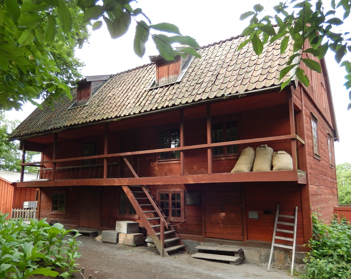Garveriet på Skansen är en timmerbyggnad i två våningar med en åt gårdssidan utbyggd s.k. altan i övervåningen. Fasaden är målad med röd slamfärg, dörrar och foder är målade i mörkt brun linoljefärg. Gavelrösterna är panelade och målade med röd slamfärg. Taket är ett brutet sadeltak, täckt med enkupigt taktegel. I takfallet mot gården sitter två takkupor. I takfallet bort från gården sitter en putsad skorsten.   Vid den vänstra gaveln är ett barkhus av bräder tillbyggt. Det är nybyggt på Skansen efter anvisningar av en garvare.  Garveriet kommer från Vimmerby i Småland köptes 1931 av Svenska Garveriidkareföreningen och skänktes till Skansen. Garveriet uppfördes på Skansen under åren 1933-34.