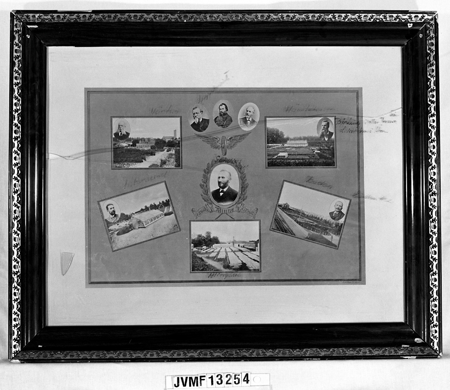 """Tavla med porträttsamling eller hyllningsadress i glas med brun träram. Kompositionen består av ett antal fotografier på vad som ser ut att vara trädgårdsanläggningar och växthus, tillsammans med ovala personporträtt. I mitten ett vinghjul. Under det centrala porträttet står texten: """"1866 Minne 1908"""".  I den äldre föremålsposten stod namnet Trd Sundius, utan information om hur denna person är kopplad till tavlan. Det visar sig dock att Carl Agaton Leonard Sundius var Trädgårdsdirektör vid Statens Järnvägar."""