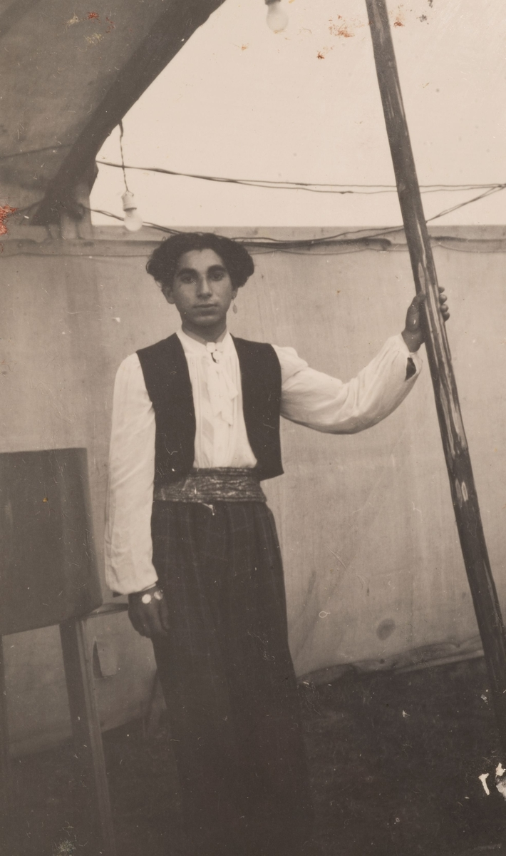 Romsk ung man står inne i ett tält, Sandviken 1947