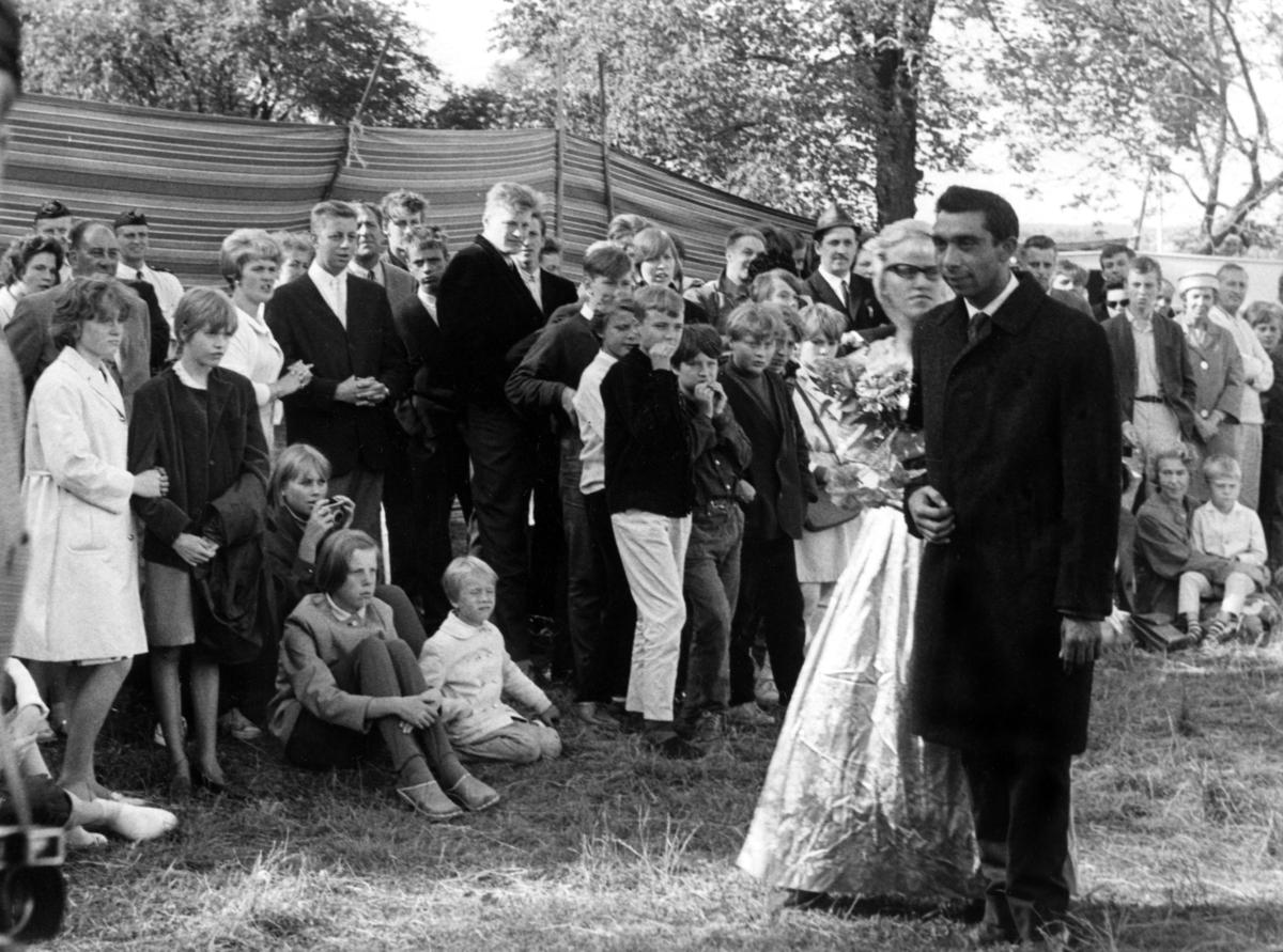 Bröllop 1965 som tilldrog sig många nyfikna åskadare. Tillfället skapade stora rubriker i dåtidens tidningstablåer som rapporterade om att en svensk kvinna gift sig med en romsk man. Eftersom romerna ej tilläts att döpas, vigas eller begravas i Svenska Kyrkan under flera århundraden så var romerna tvungna att utföra dessa ritualer på egen hand.