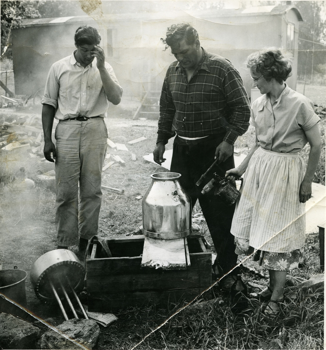 Bilden föreställer förtenning av kopparföremål. Att invändigt förtenna kopparföremål har historiskt varit en vanlig och viktig källa till inkomst för romer i Sverige. Utrustningen till förtenningsarbeten gick bra att ha med sig då man tvingades flytta och man kunde på så sätt resa från gård till gård och förtenna deras kopparföremål. Tillgången till förtenningsarbeten minskade dock med den intensifierade industrialiseringen och under efterkrigstiden blev det vanligare att köpa nya föremål än att förtenna om de gamla. Människor som länge tjänat sitt uppehälle på detta hantverk fick då svårare att klara sig.