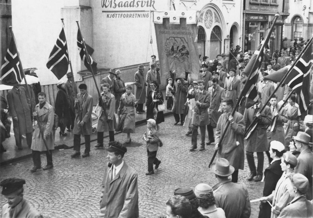 17. maitoget, ca år 1958. Elever på Latinskolen passerer foran sin egen skolebygning (Latinskolen).