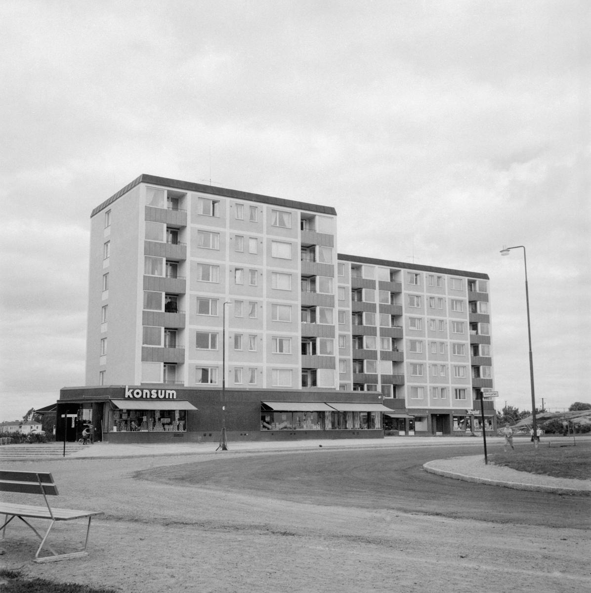 Punkthusen Vrinnegatan 18 och 16 i Norrköping är tydliga exempel på 1950-talets folkhemsbygge med samhällsservice in på knutarna.