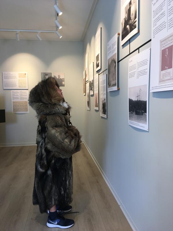 En gutt utkledd i pels studerer utstillingen i vaktboligen ved Roald Amundsens hjem. Foto/Photo