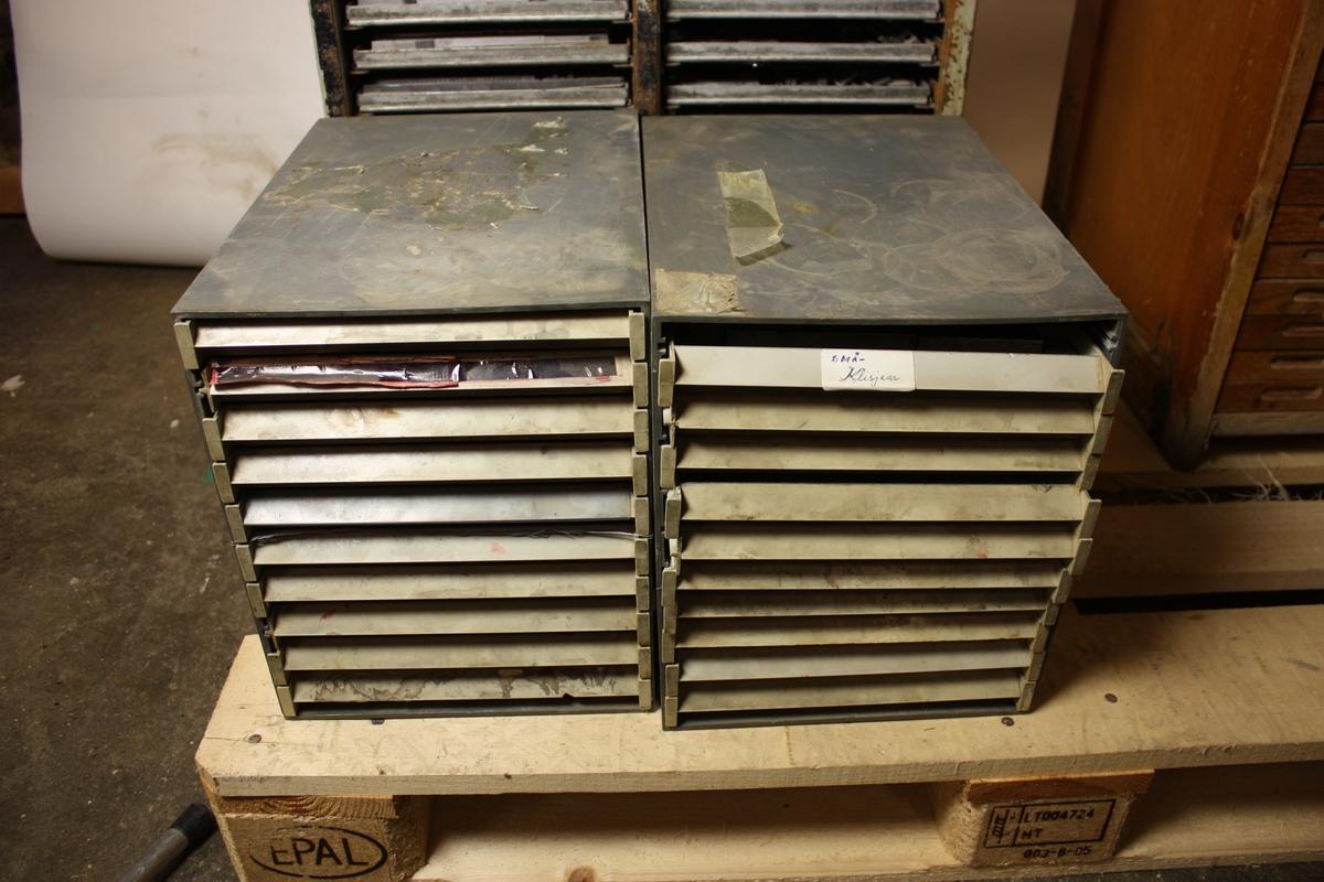 Satsreol med skuffer som hovudsakleg inneheld hovudsakleg klisjear til trykking.