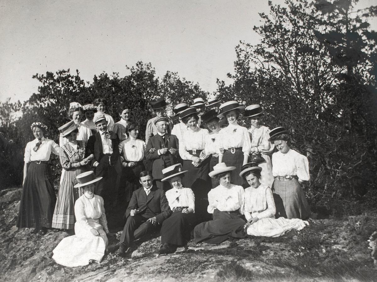 Gruppeportrett av mennesker på landtur til Sørbyøya.
