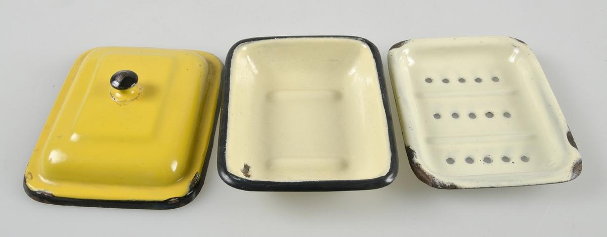 Gul med svarta kanter och svart knopp. Underdelen har två vulster i botten och är märkt: GfEc Made in England. Mellandel i ljusare gult med vulster och tre rader hål.