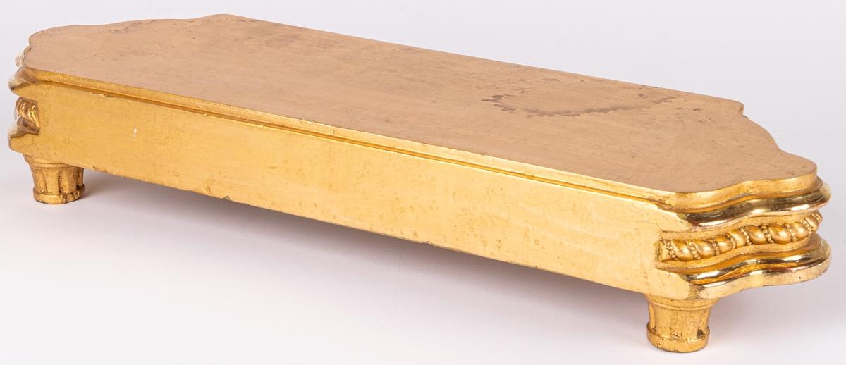 Pall, trä, förgylld. Porfilerad kant med spiralband.