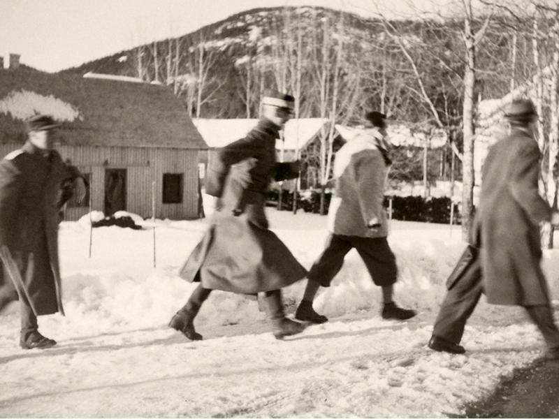 Kongen flykter unna tysk flyangrep i Nybergsund på ettermiddagen 11. april 1940. Foto: Johan Wilhelm Clüver / De kongelige samlinger (www.kongehuset.no).