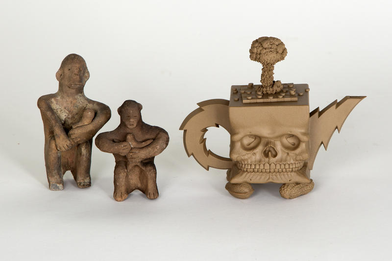 Ammende figurer, Japan, ca. 2000 år gamle + Richard Notkin «Cube Skull Teapot» 1985. Foto Freia Beer/Nordenfjeldske Kunstindustrimuseum (Foto/Photo)