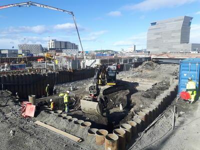 12. mai – undersøkelsene på tomten kalt Bispekilen er i gang. Årets feltarbeid i Bjørvika dekker et adskillig mindre område enn fjorårets utgravning på B8a. Håpet i år er bl.a. å finne ut om - og i tilfelle hvordan - bryggene nord og sør for Bispekilen henger sammen.. Foto/Photo