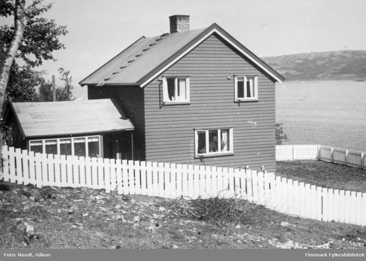 Leif Noodt sitt hus i Indre Billefjord, 1954.