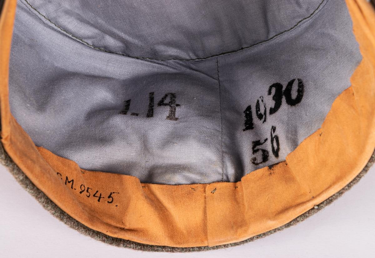 """Uniform, modell/1923, fältdräkt för offisersaspirant, furirsgrad. Rock och byxor, Med studentsören på axeljklaffarna. Aspirantkrona på ärmen. I 14. Härtill hör mössa, med gult tygmärke med """"l"""", märkt I.14, 1930, 56."""