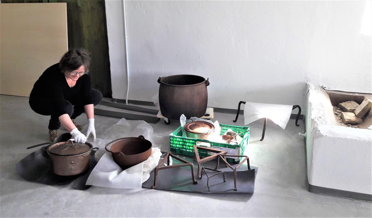Gjenstandskonservator, Helga Marie Stangeby, pakker varsomt ut museumsgjenstandene som skal inn i utstillingen. (Foto/Photo)