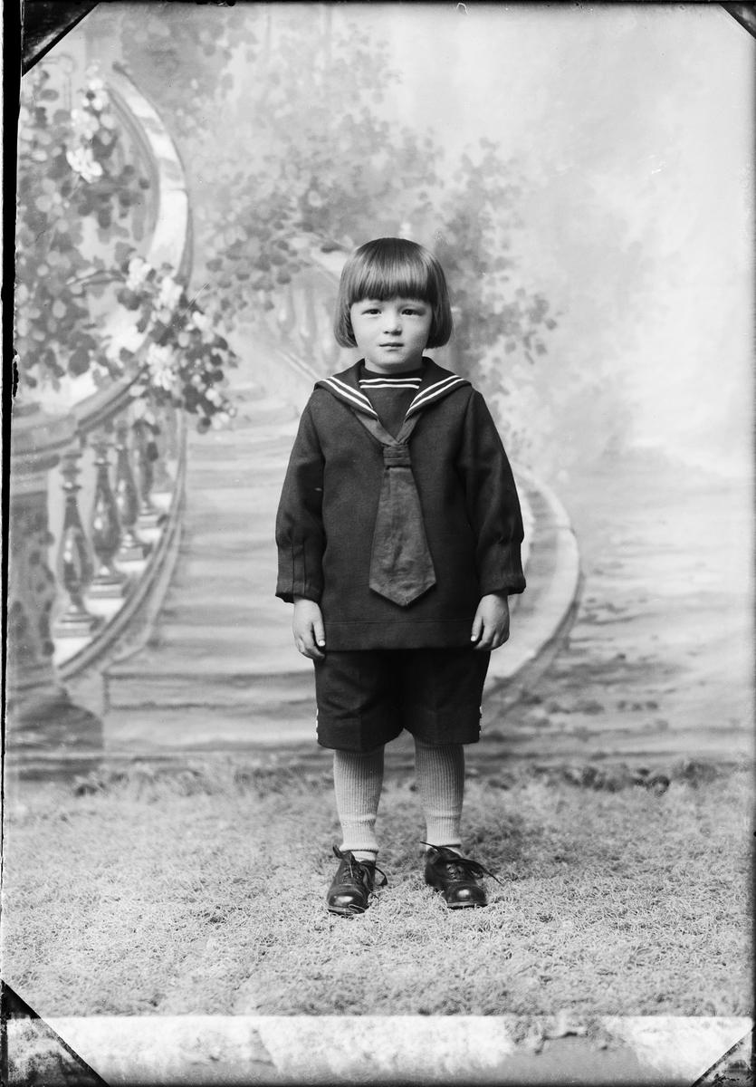 Ateljéporträtt - barn till Eskil Eriksson från Borggårde, Hökhuvud socken, Uppland 1926