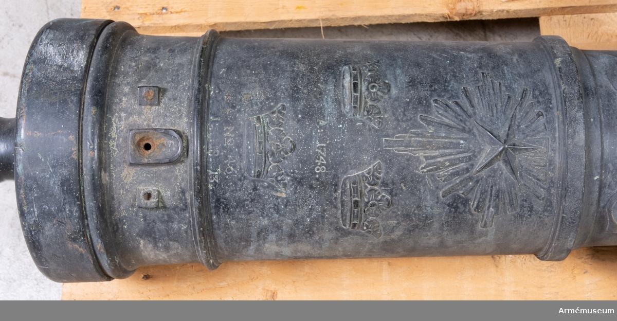 Grupp F I. 3-pundigt eldrör gjutet 1748, som suttit i en lavett m/1832. No 46., 1748. 1.18.13. Av brons och prytt med nordstjärna och tre kronor.