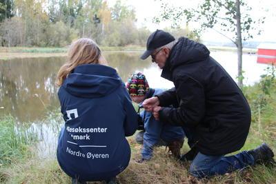 Foto av naturveileder som forteller om naturen. Foto/Photo