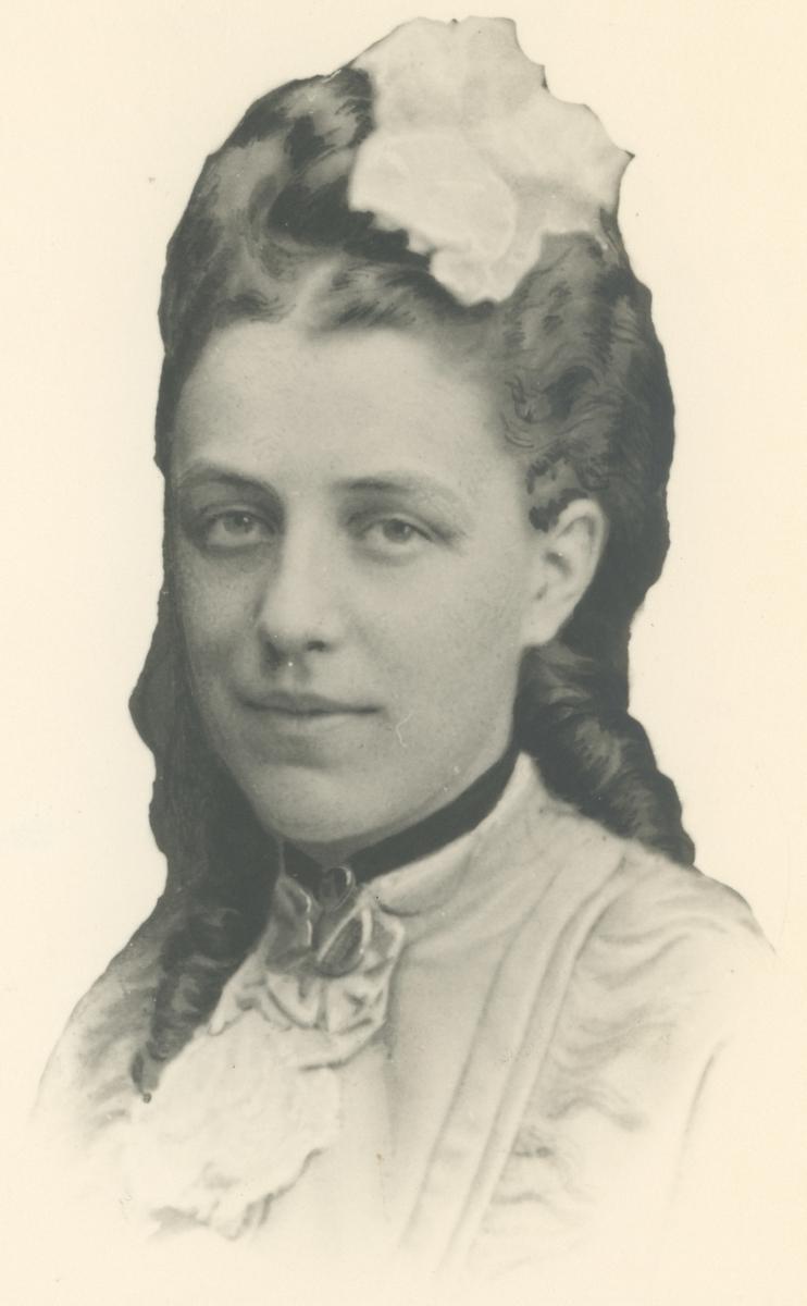 Portrettfotos.  Bilde 1: Gina Gerner, født Brinchmann (1875-1965), gift med Edvard Henrik Gerner d.y., født 1873.  Bilde 2: Frida Anette Christensen, gift med Johan Fredrik Gerner d.e.