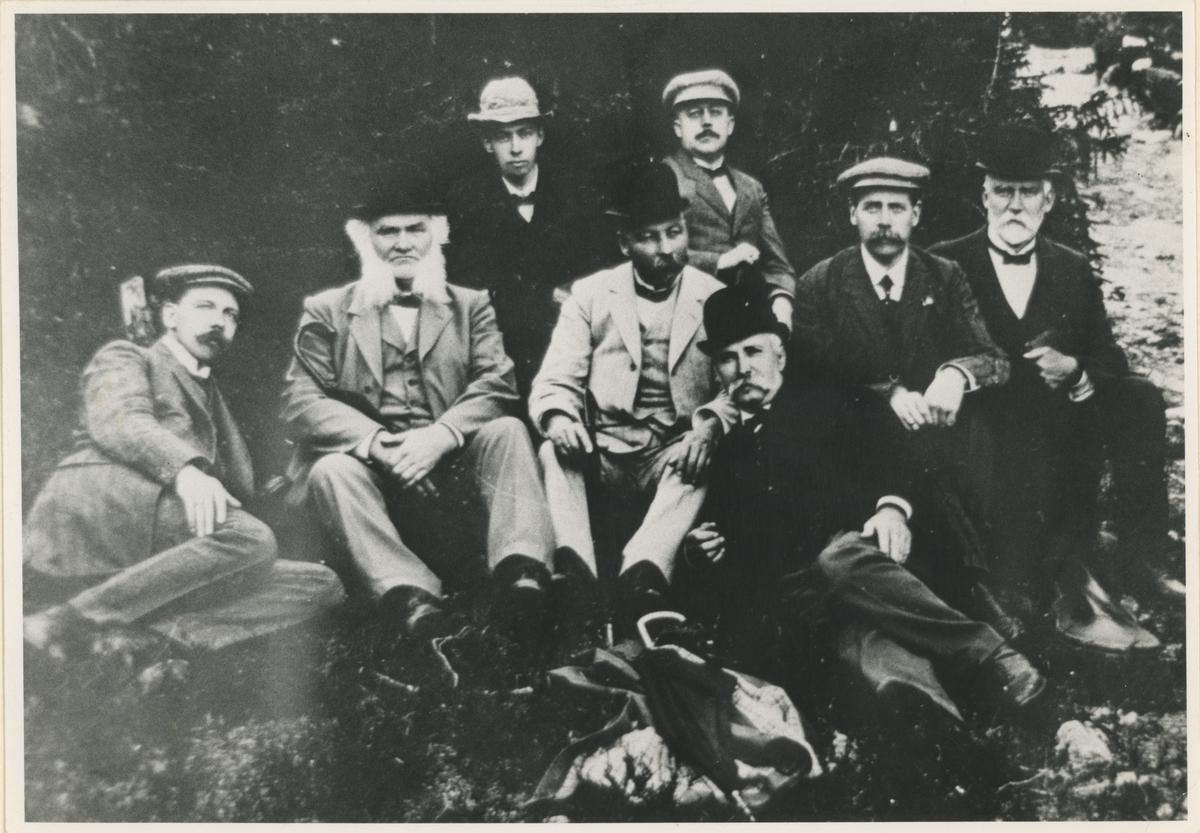 Åtte herrer på tur i skogen. Ukjent årstall og uten kjent historisk beskrivelse.