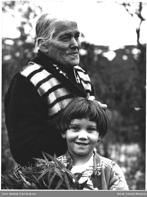 Bestemor og barnebarn. De bodde på en ensom plass ved Huddingselve i Namsskogen N. Trøndelag, 98 %