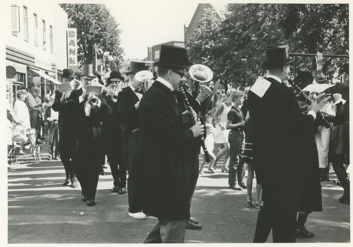 Fra byjubileet i 1970. Humlens venner spiller i Dronningens gate.
