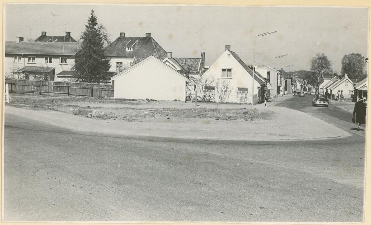 Klostergt., to bilder.  Bilde 1: Mot nord. Foto 1966. Detaljer: Nr. 33 midt i bildet.  Bilde 2: Nr. 33 i fokus. Foto ca. 1966.