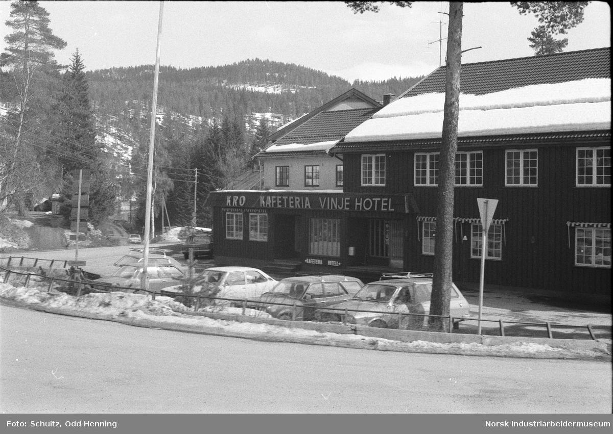 Utendørsbilder av Vinje Hotell, med flaggstang og litt snø.