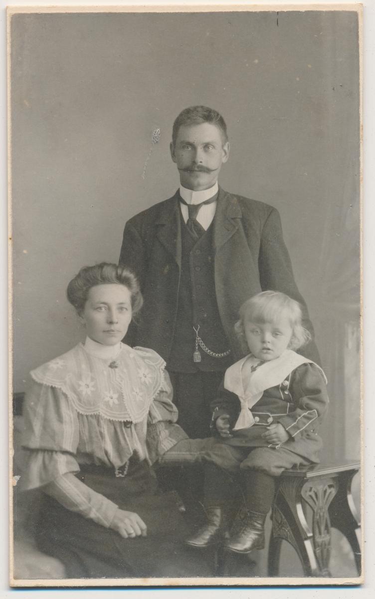 Familiebilde; mor, far og liten sønn, ukjente