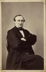 Foto av en man i bonjour med väst, stärkkrage och fluga, Han