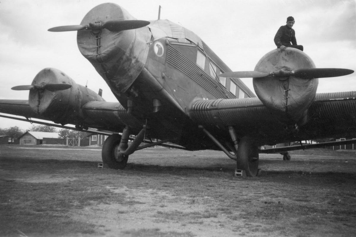 Tyskt flygplan Junkers Ju 52 märkt DP+FJ nr 15 uppställt på Bonarpshed efter nödlandning den 2 maj 1945. Vy framifrån. En militär sitter på flygplanets vänstra motor.