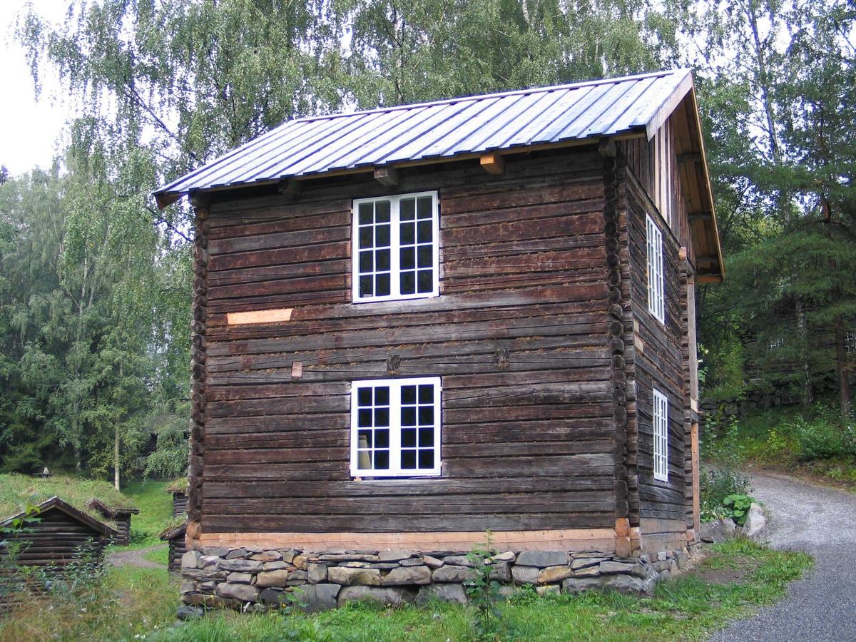 Laftet hus i to etaser med liten kjeller og kaldt loft. Det er et rom i hver etasje. Mot øst er det en panelt svalgang med trapp.