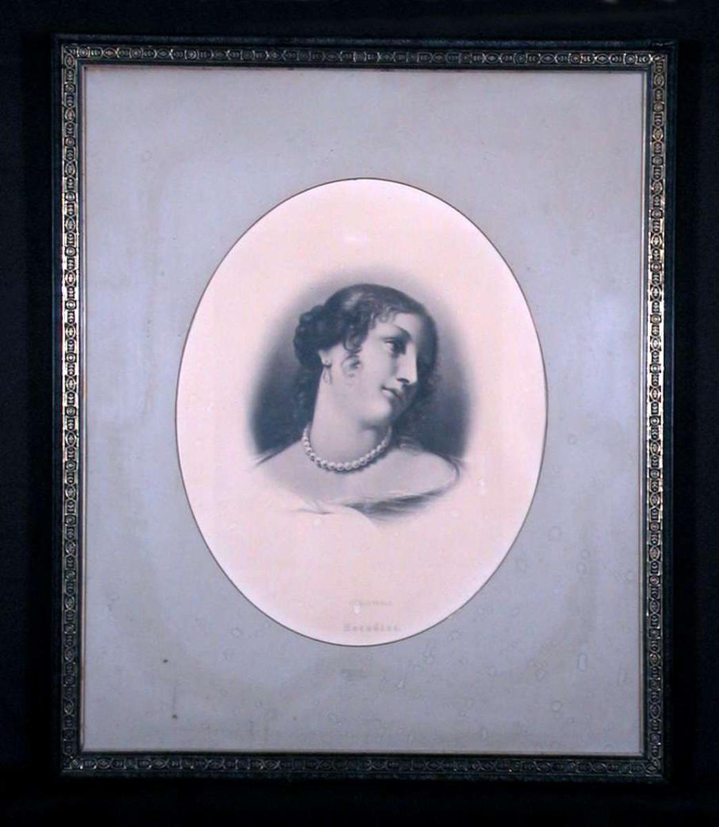 Portrett av en ung kvinne med oppsatt krøllet hår og perlekjede.