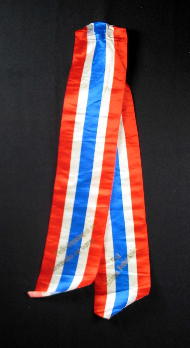 Begravelsessløyfe av silke i fargene rødt, hvitt og blått.