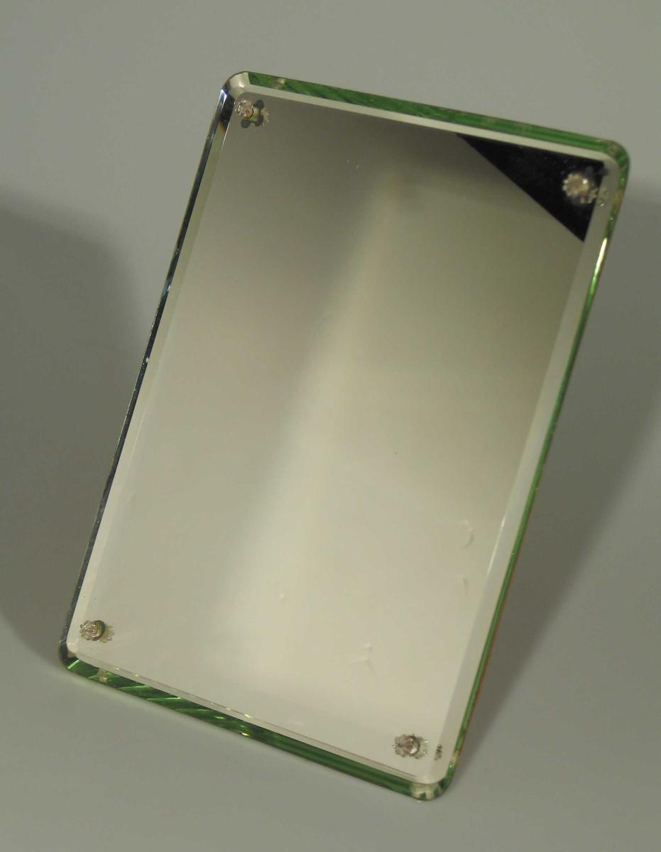 Speil med slepne kanter, trerygg med stativ til å henge og stå. Runde hjørner.