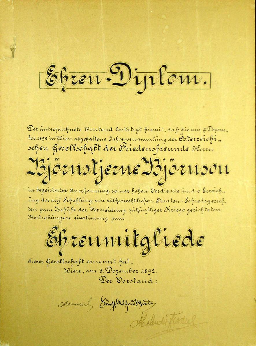 Diplom limt på kartong. Svart skrift i fraktur.