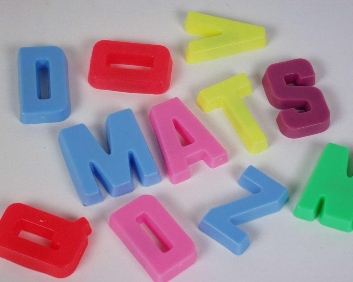 Bokstavmagneter i pastellfarger støpt i plast.