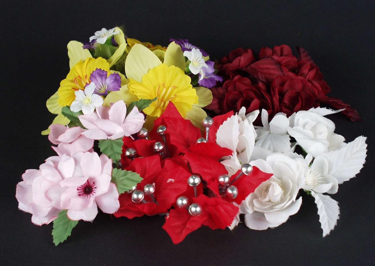 Diverse lysmansjetter i en pose. De har ulike farger og er formet som blomster.