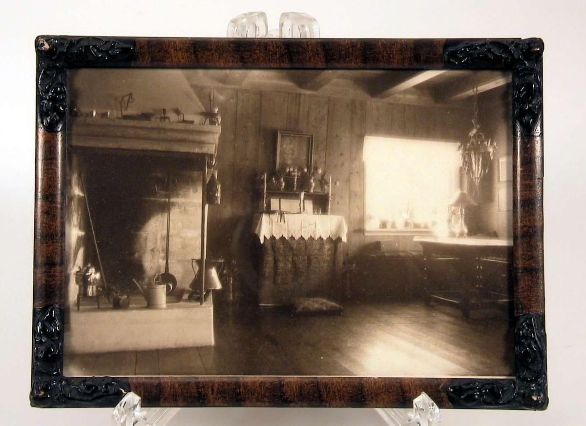 Interiørbilde fra peisestuen i Dalseggstuen, med bl.a. peis og alter.