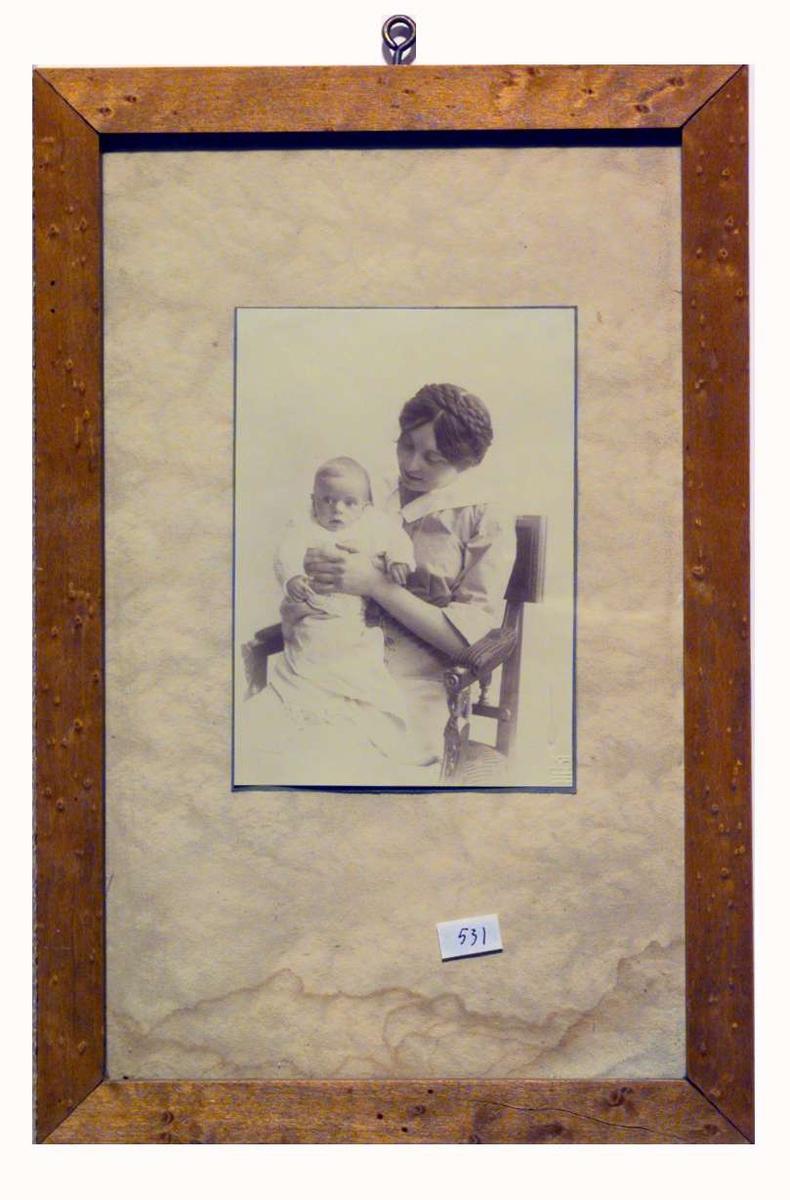 Sigrid Undset med sin lille sønn Anders på fanget.