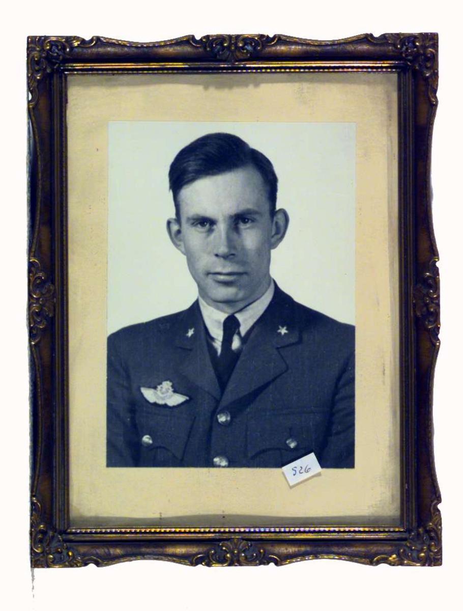 Bildet viser Tycho Moe i flyveruniform.