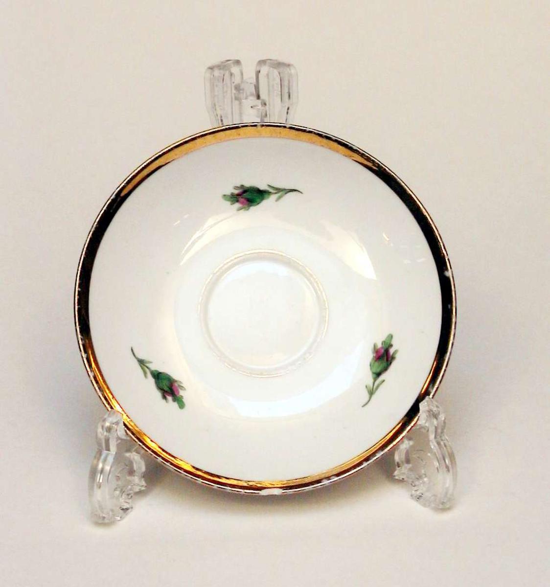 Skål i hvit porselen med blomsterdekor og gullkant. Det er hakk i skålen. Skålen har fabrikkmerke (Meissen) og malersignatur.