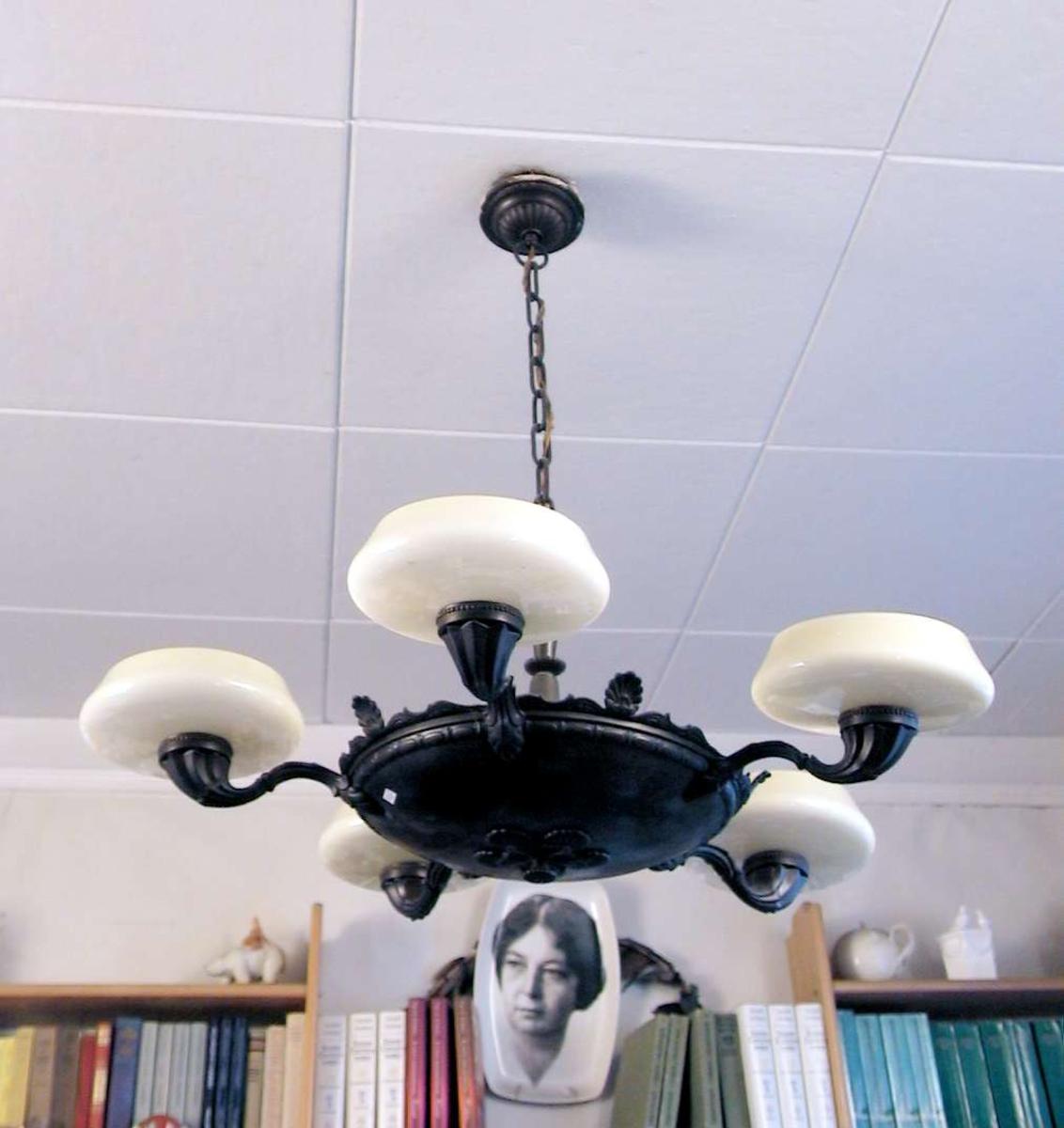 Femarmet taklampe med hvite glassmansjetter/skåler. Lampen er av metall. Den er mørk brun.