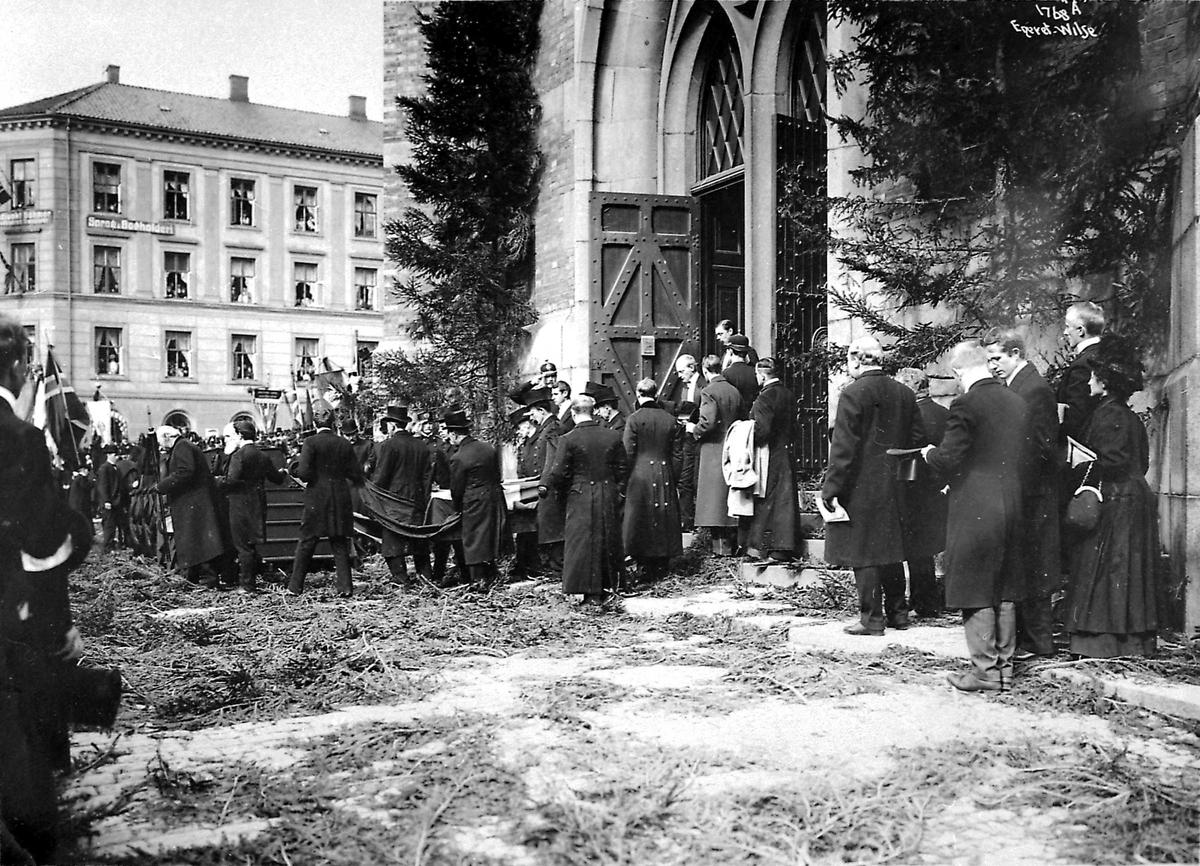 Kristiania, Trefoldighets kirke, båre, menn, begravelse,