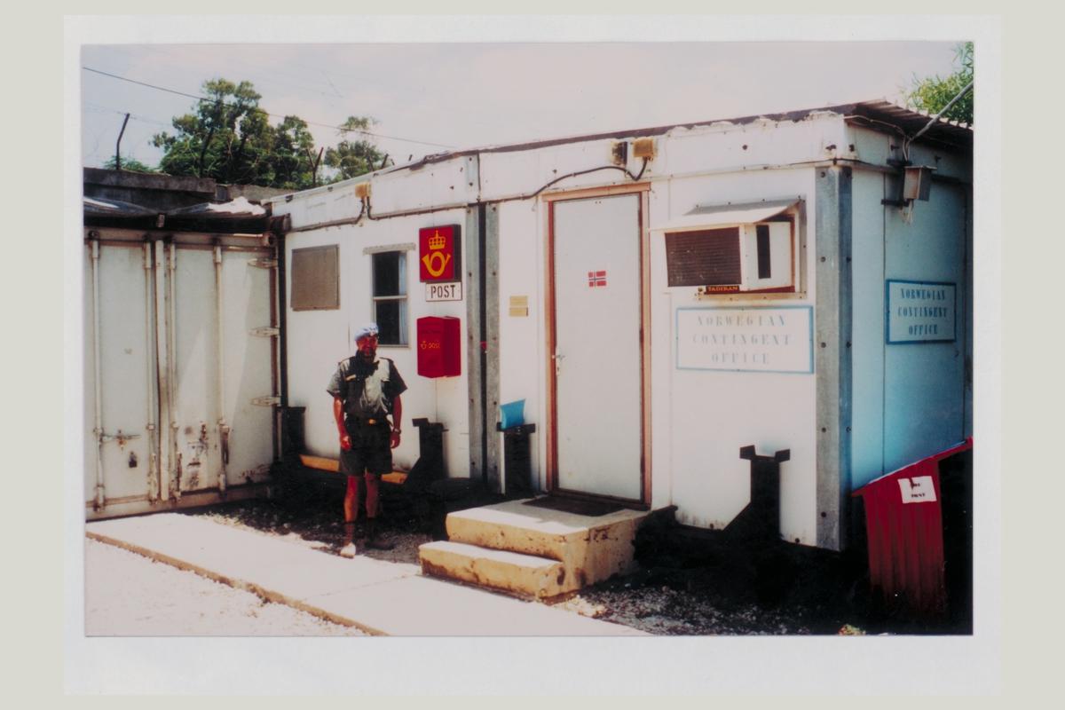 eksteriør, feltpostkontor, Feltpost 100, Libanon, kontingent 37 og 38, mann i feltpostuniform, Inge Nordal, postskilt, postkasse