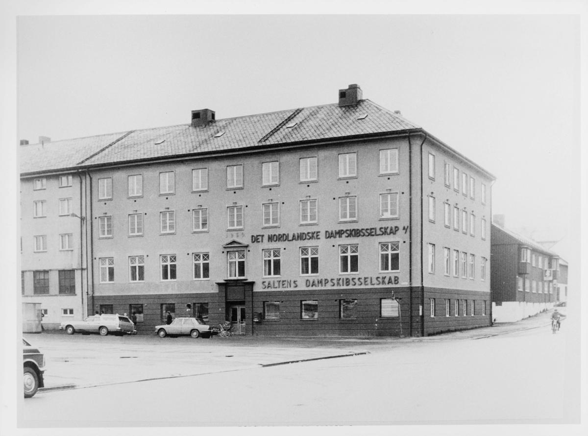 eksteriør, postkontor, Bodø , Storgt. 4, postlokalene i Saltens Dampskibsselskabs adm. bygg i årene 1940-52, biler, barnevogn
