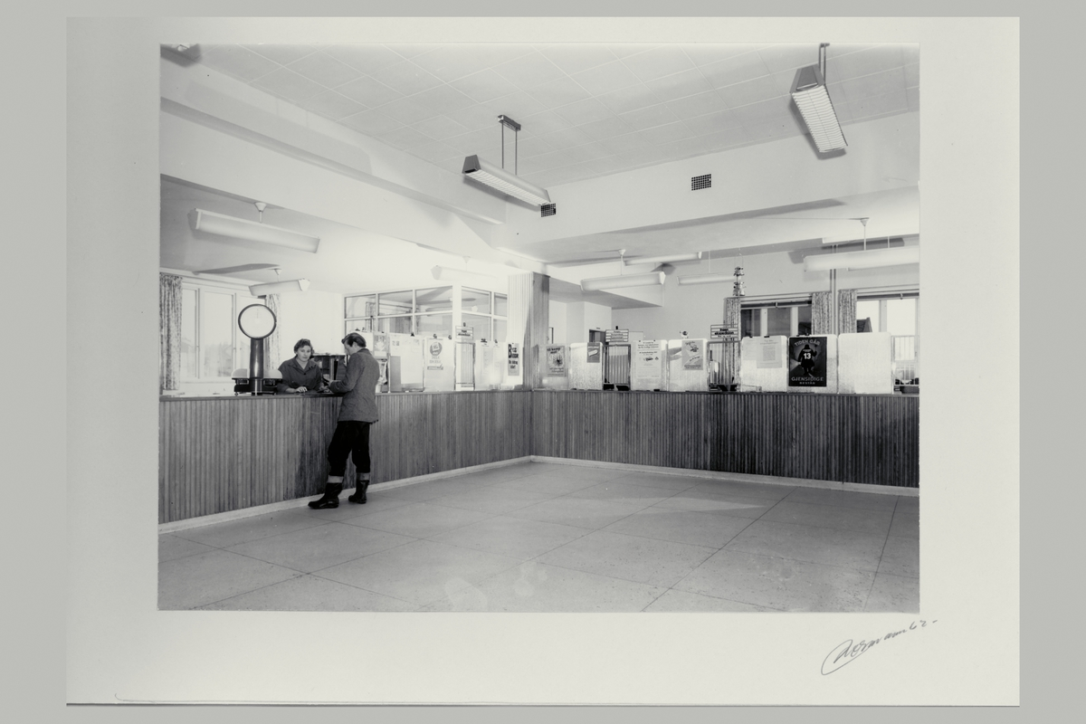 interiør, postkontor, 2400 Elverum, publikumshall, kunde, ekspeditør, vekt