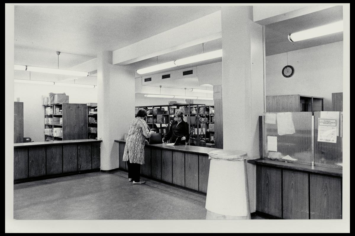 interiør, postkontor, 0101 Oslo, pakkeavdeling, publikumshall, ekspeditør, kunde